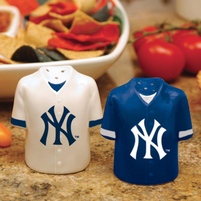MEMORY Company Ceramic Salt and Pepper Shakers - New York Yankees